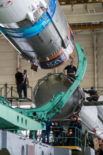 201409220011HQ El cohete Soyuz y la nave espacial Soyuz TMA-14M son ensamblados en el edificio No 112 en el Cosmódromo de Baikonur, Lunes 22 de septiembre 2014, en Baikonur, Kazajistán. Créditos de la foto: NASA/Victor Zelentsov.