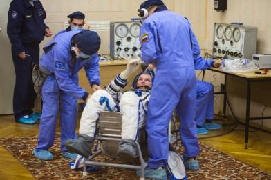 201409250017HQ El comandante de la Soyuz Alexander Samokutyaev de la Agencia Espacial Federal Rusa (Roscosmos) mientras se comprueba la presión de su traje ruso Sokol en preparación para su lanzamiento a bordo de la nave espacial Soyuz TMA-14M el Jueves, 25 de septiembre 2014, en el Cosmódromo de Baikonur en Baikonur, Kazajistán. Crédito de la imagen: NASA/Aubrey Gemignani.