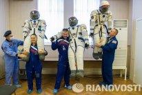 Barry Wilmore, Alexandr Samokutiáev y Elena Serova tras probarse los trajes espaciales.