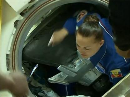 Elena Serova es la primera en salir de la nave tras los últimos procedimientos del acoplamiento. Foto: NASA TV.