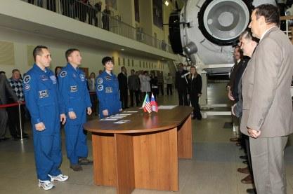 (30 de octubre de 2014) --- En el Centro de Entrenamiento de Cosmonautas Gagarin en Ciudad de las Estrellas, Rusia. Los miembros de la Expedición 42/43 formada por el Comandante de la Soyuz Anton Shkaplerov de Roscosmos (izquierda), el ingeniero de vuelo Terry Virts de la NASA (centro) y la ingeniera de vuelo de Samantha Cristoforetti de la Agencia Espacial Europea (derecha), escuchan instrucciones de los funcionarios espaciales rusos en el inicio de sus exámenes de calificación el 30 de octubre. Crédito de la imagen: NASA / Stephanie Stoll.