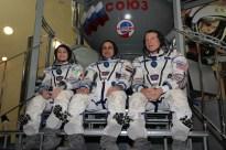 (30 de octubre de 2014) --- En el Centro de Entrenamiento de Cosmonautas Gagarin en Ciudad de Las Estrellas, Rusia. Los miembros de la Expedición 42/43 formada por el Comandante de la Soyuz Anton Shkaplerov de Roscosmos (izquierda), el ingeniero de vuelo Terry Virts de la NASA (centro) y la ingeniera de vuelo de Samantha Cristoforetti de la Agencia Espacial Europea (derecha), posan para fotos durante el segundo día de exámenes de cualificación el octubre 31. Crédito de la imagen: NASA / Stephanie Stoll.