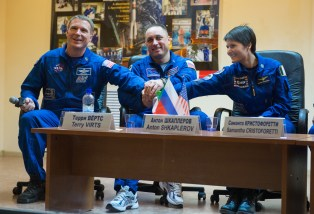 (22 de noviembre de 2014) El ingeniero de vuelo Terry Virts de la NASA, a la izquierda, Soyuz Comandante Anton Shkaplerov de la Agencia Espacial Federal Rusa (Roscosmos), central, y la ingeniera de vuelo Samantha Cristoforetti de la Agencia Espacial Europea (ESA), a la derecha, posan para una foto en la conclusión de la rueda de prensa, el sábado, 22 de noviembre 2014, en el Hotel del Cosmonauta en Baikonur, Kazajstán. Crédito de la imagen: NASA / Aubrey Gemignani.