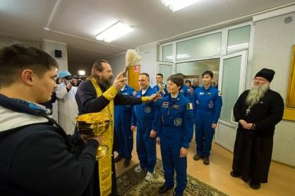 Los miembro de la tripulación de la Expedición 42/43 Terry Virts de la NASA, el comandante Anton Shkaplerov de Roscosmos y la astronauta de la ESA Samantha CRISTOFORETTI reciben la tradicional bendición de un sacerdote ortodoxo ruso en el Hotel del Comonauta antes de su lanzamiento en el cohete Soyuz en la Estación Espacial Internacional, en Baikonur , Kazajstán, el 23 de noviembre de 2014. Crédito: ESA-S. Corvaja, 2014.