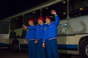 Los miembros de la tripulación en la Expedición 42/43, Terry Virts de la NASA, el comandante Anton Shkaplerov de Rsoscosmos y la astronauta de la ESA Samantha Cristoforetti se despiden de los amigos y la familia, cerca del Hotel del Cosmonauta para su última preparación previa al lanzamiento de la Soyuz a la Estación Espacial Internacional, en Baikonur, Kazajstán, el 23 de noviembre de 2014. En esta misión, Samantha está volando como astronauta de la ESA para la agencia espacial italiana ASI bajo un acuerdo especial entre la ASI y la NASA. Crédito: ESA-S. Corvaja, 2014.