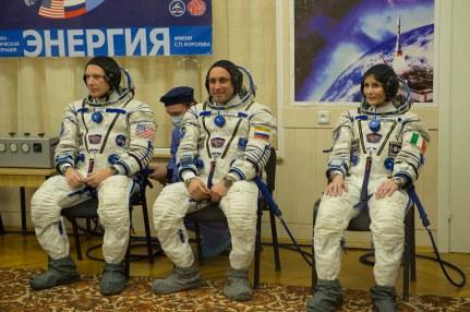 Los miembro de la tripulación de la Expedición 42/43 Terry Virts de la NASA, el comandante Anton Shkaplerov de Roscosmos y la astronauta de la ESA Samantha Cristoforetti antes de tener ajustada ñla presión de sus trajes rusos Sokol como ultima preparación previa al lanzamiento, en Baikonur, Kazajstán, el 23 de noviembre de 2014. Crédito: ESA-S. Corvaja, 2014.
