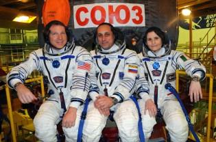 """(12 de noviembre de 2014) --- En el Edificio de Ensamblaje en el Cosmódromo de Baikonur, Kazajstán, los tripulantes de la Expedición 42/43 Terry Virts de la NASA (izquierda), Anton Shkaplerov de la Agencia Espacial Federal Rusa, Roscosmos (centro) y Samantha Cristoforetti del Agencia Espacial Europea (derecha) posan para fotos el 12 de noviembre frente a su nave espacial Soyuz TMA-15M durante un """"cotejo de ajuste"""" en el ensayo general. Crédito de la imagen: La NASA / Victor Ivanov."""