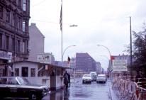 Berlín - Vista del Checkpoint Charlie en 1963, cerca de Kochstrasse. Berlín,RFA, 19 de agosto de 1963. Foto: Roger Wollstadt/Flickr.