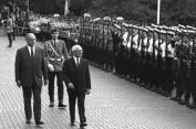 El canciller Helmut Kohl (i.) Recibe al Presidente del Consejo de Estado de la RDA Erich Honecker al frente de la Cancillería Federal de Bonn con honores militares, 7 de Septiembre, 1987 (© Bundesregierung, B 145 Bild-00010687; Foto: Lothar Schaack)