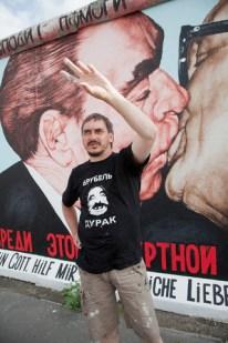 El artista ruso Dmitri Vrúbel, autor de la obra luego de haber realizado la restauración y mejoras para ser presentada durante el 20 aniversario de la caída del muro en 2009, Berlín, Alemania, 05 de julio de 2009. Foto: © Robert Wallis / Corbis.