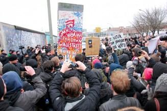 """Una sección del muro con la inscripción """"Sr. Obama Derribar Wall Street"""", en referencia a la famosa frase de Ronald Reagan """"Mr. Gorbachov. Derribe este muro"""". Es extraída de la East Side Gallery durante su demolición. Foto: © Craig Robinson/Demotix/Corbis"""