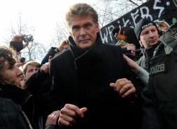 El actor y cantante David Hasselhoff llega a la manifestación contra la demolición de la East Side Gallery, parte del antiguo muro de Berlín, Alemania, 17 de marzo de 2013. Foto: © Britta Pedersen / dpa / Corbis