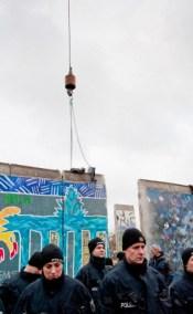 La grúa escoltada por la policía de Berlín se prepara para retirar una nueva sección del Muro de Berlín, Alemania, 01 de marzo de 2013. Foto: © David Vogt/Demotix/Corbis
