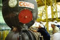 17 de noviembre de 2014: Los diseñadores realizan una inspección, de la nave Soyuz TMA-15M (módulo orbital). Foto: S.P. Korolev/RSC Energia.