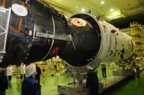 17 de noviembre de 2014: La nave Soyuz TMA-15M (módulo orbital) es colocada en el escudo térmico del cohete Soyuz-FG. Foto: S.P. Korolev/RSC Energia.