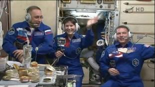 Se reestablece la comunicación con la expedición 42 desde la EEI mientras los tripulantes cenan. Foto: NASA TV.