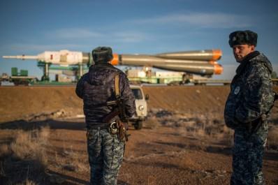 La nave espacial Soyuz TMA-16M es vigilada por efectivos del Ministerio del Interior de la Federación Rusa, mientras es llevada en tren a la plataforma de lanzamiento en el cosmódromo de Baikonur, Kazajstán, miércoles, 25 de marzo de 2015. Créditos: Bill Ingalls / NASA.