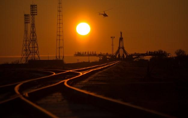 Un helicóptero de seguridad examina el área cercana a la plataforma de lanzamiento adelantandose al recorrido de la nave espacial de la llegada Soyuz TMA-16M en tren, miércoles, 25 de marzo 2015, el cosmódromo de Baikonur, Kazajistán. Créditos: Bill Ingalls / NASA.