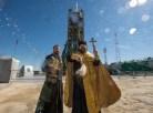 Un sacerdote ortodoxo bendice a los miembros de los medios de comunicación después de bendecir el cohete Soyuz en la plataforma de lanzamiento en Cosmódromo de Baikonur el Jueves, 26 de marzo 2015 en Kazajstán. Créditos: Bill Ingalls / NASA.