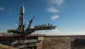 La nave espacial Soyuz TMA-16M después de haber sido colocada en la plataforma de lanzamiento, Cosmódromo de Baikonur, Kazajstán, miércoles, 25 de marzo de 2015. Photo Credit (NASA/Bill Ingalls) Créditos: Bill Ingalls / NASA.