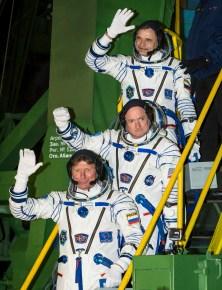 El cosmonauta ruso Mijaíl Kornienko de la Agencia Espacial Federal Rusa (Roscosmos), arriba, el astronauta de la NASA Scott Kelly, al centro, y el cosmonauta ruso Gennady Padalka de Roscosmos se despiden de la audiencia antes abordar la nave Soyuz TMA-16M para su lanzamiento a la Estación Espacial Internacional, viernes, 27 de marzo 2015 en Baikonor, Kazajstán. Créditos: Bill Ingalls / NASA.