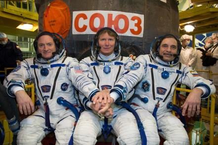 Los tripulantes de la Soyuz TMA-16M el astronauta de la NASA de Scott Kelly (izquierda), y los cosmonautas rusos Gennadi Padalka (centro), y Mijaíl Kornienko de la Agencia Espacial Federal Rusa (Roscosmos), posan un momento delante de nave Soyuz durante las útlimas pruebas de ajuste en la nave espacial para, el domingo, marzo 15, 2015 en el cosmódromo de Baikonur, en Kazajstán. Créditos: Bill Ingalls / NASA.