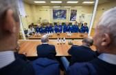 Los miembros de la Expedición 43, el astronauta de la NASA de Scott Kelly, sentado a la izquierda, y los comonautas rusos Gennadi Padalka, y Mikhail Kornienko de la Agencia Espacial Federal Rusa (Roscosmos), junto a los los miembros de la tripulación de respaldo: el astronauta Jeff Williams de la NASA, y los cosmonautas Alexéi Ovchinin, y Sergéi Volkov de Roscosmos, sentado a la derecha, hablan con funcionarios espaciales antes de hacer su comprobación final de la nave espacial Soyuz TMA-16M, el lunes, 23 de marzo 2015 en el cosmódromo de Baikonur, en Kazajstán. Créditos: Bill Ingalls / NASA.
