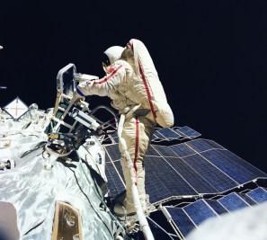 La primera mujer del mundo que realizó una caminata espacial fue la cosmonauta soviética Svetlana Savitskaya. Su caminata duró 3 horas y 35 minutos. En la foto Savitskaya realiza un experimento de soldadura y corte de metales en el espacio exterior. También es la única mujer - dos veces elevada a Héroe de la Unión Soviética. Foto: © TASS.