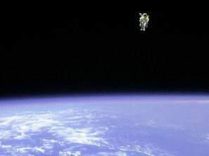 El 07 de febrero de 1984 el astronauta estadounidense Bruce McCandless II hizo la primera caminata espacial en total libertad sin atadura alguna. Para lograr realizar las maniobras en el espacio utilizó la unidad de mochila propulsora MMU (Unidad de Maniobra Tripulada). Foto: © NASA.