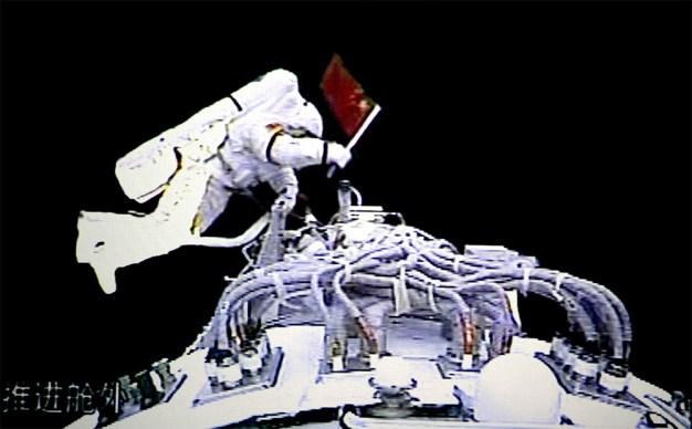 """El primer astronauta chino (taikonauta), en realizar una caminata espacial, fue el coronel de la Fuerza Aérea del Ejército Popular de Liberación de China, Zhai Zhigang el 27 de septiembre 2008. Su salida duró 21 minutos, durante el vuelo de la nave espacial orbital """"Shenzhou-7"""". Foto: © Comando Espacial de Beijing y el Centro de Control de Vía Xinhua."""