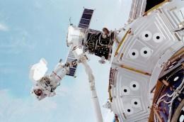 El 11 de marzo de 2001 los astronautas estadounidenses Susan Helms y James Voss (en la foto) realizaron la caminata espacial más larga de la historia, mientras trabajaban en la EEI durante 8 horas y 53 minutos. Foto: © NASA.
