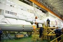 24 de marzo de 2015: Completando la integración de la nave: La torre de rescate de emergencia (SAS) ya unida al escudo térmico y la tercera etapa del cohete. Foto: S.P. Korolev/RSC Energia.