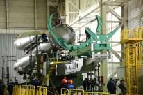 24 de marzo de 2015: Completando la integración de la nave: Los propulsores de la primera y segunda etapa ya integrados se preparan para concluir el montaje del cohete. Foto: S.P. Korolev/RSC Energia.