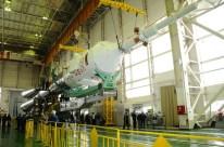 24 de marzo de 2015: Completando la integración de la nave: Los propulsores de la primera y segunda etapa ya integrados son unidos al resto del cohete. Foto: S.P. Korolev/RSC Energia.
