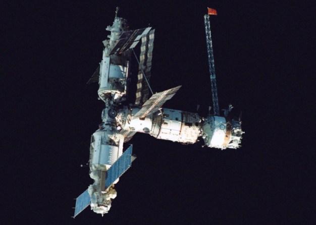 La estación MIR, vista por Anatoli Artsebarsk el 10 de Octubre de 1991, mientras la dejaba a bordo de la nave Soyuz TM-12 en la que llegó como parte de la Misión Juno el 18 de mayo de ese año.