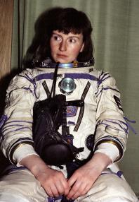Helen Sharman en su traje Sokol faltando poco para su lanzamiento. Foto: © Alexander Mokletsov / RIA NOVOSTI.