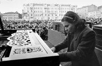 La pianista Nina Yemelyanova del Conservatorio de Moscú durante un concierto en la Plaza Mayakovsky de Moscú, 9 de mayo 1945. Foto: © RIA Novosti / Anatoly Garanin.