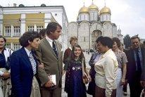 Samantha Smith junto a sus padres Jane y Arthur Smith en la Plaza de la Catedral del Kremlin de Moscú, Unión Soviética, 10 de julio de 1983. Foto: RIA Novosti / Yuri Abramochkin.