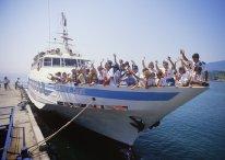 """En las costas de Crimea, pioneros soviéticos junto a escolares estadounidenses, se preparan para un viaje en el barco """"Samantha Smith"""" por el Mar Negro, Crimea, Unión Soviética, 15 de junio de 1986. Foto: Igor Mikhalev / RIA Novosti."""