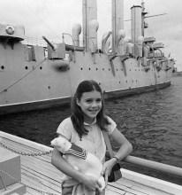 Samantha Smith con un obsequio de la tripulación del crucero ruso Aurora, Leningrado, Unión Soviética, 14 de julio de 1983. Foto: Sergei Smolsky / ITAR-TASS.