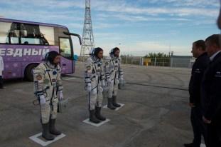 """2 de septiembre de 2015: Los tripulantes de la """"Soyuz TMA-18M"""" se reportan ante los funcionarios de Roscosmos antes de abordar la nave. Foto: S. Corvaja / Agencia Espacial Europea (ESA)."""