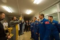 """2 de septiembre de 2015: Los tripulantes de la """"Soyuz TMA-18M"""" reciben la bendición de un sacerdote ortodoxo en el Hotel del Cosmonauta en Baikonur. Foto: S. Corvaja / Agencia Espacial Europea (ESA)."""