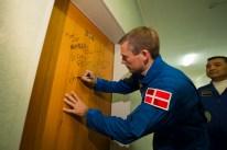 2 de septiembre de 2015: Andreas Mogensen realiza la tradicional firma en la puerta de su habitación dentro del Hotel del Cosmonauta en Baikonur. Foto: S. Corvaja / Agencia Espacial Europea (ESA).