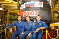 """19 de agosto de 2015: la tripulación principal de la """"Soyuz TMA-18M"""" visitan las instalaciones de montaje para inspeccionar su nave. Foto: S.P. Korolev/RSC Energia."""