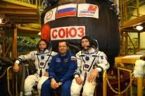 """19 de agosto de 2015: la tripulación de respaldo de la """"Soyuz TMA-18M"""" visitan las instalaciones de montaje para inspeccionar su nave. Foto: S.P. Korolev/RSC Energia."""