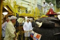 26 de agosto de 2015: La nave Soyuz TMA-18M (módulo orbital) ya integrada en el segmento PkhO se prepara para si integración con el escudo térmico. Foto: S.P. Korolev/RSC Energia.