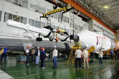 30 de agosto de 2015: Completando la integración de la nave: La torre de rescate de emergencia (SAS) es preparada para su unión con el escudo térmico en el que ha sido integrada la nave soyuz. Foto: S.P. Korolev/RSC Energia.
