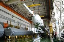 30 de agosto de 2015: Completando la integración de la nave: Los propulsores de la primera y segunda etapa ya integrados se preparan para concluir el montaje del cohete. Foto: S.P. Korolev/RSC Energia.