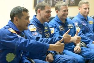 """1 de septiembre de 2015: Los tripulantes de la """"Soyuz TMA-18M"""" participan en una conferencia de prensa previa al vuelo que tendrá lugar al día siguiente. Foto: S.P. Korolev/RSC Energia."""