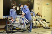 """2 de septiembre de 2015: Los tripulantes de la """"Soyuz TMA-18M"""" se colocan su traje Sokol correctamente presurizado y tienen un momento para conversar con sus familias y amigos poco antes de su vuelo. Foto: S.P. Korolev/RSC Energia."""